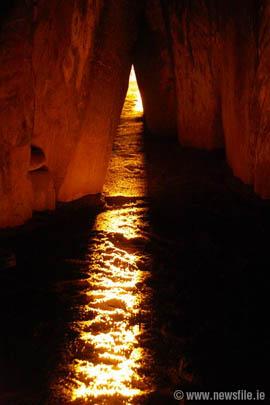 http://www.mythicalireland.com/ancientsites/newgrange/illumination.html